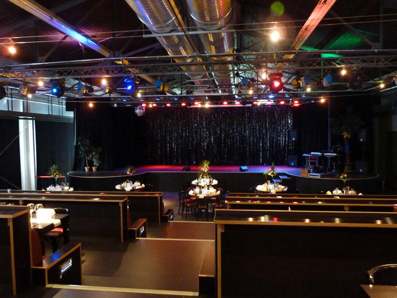 Der Saal mit Blick auf die Bühne